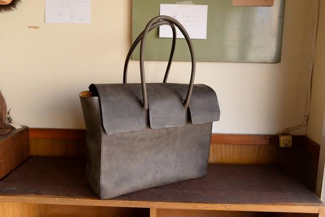 グレーの牛革を使った大きめのビジネスバッグ