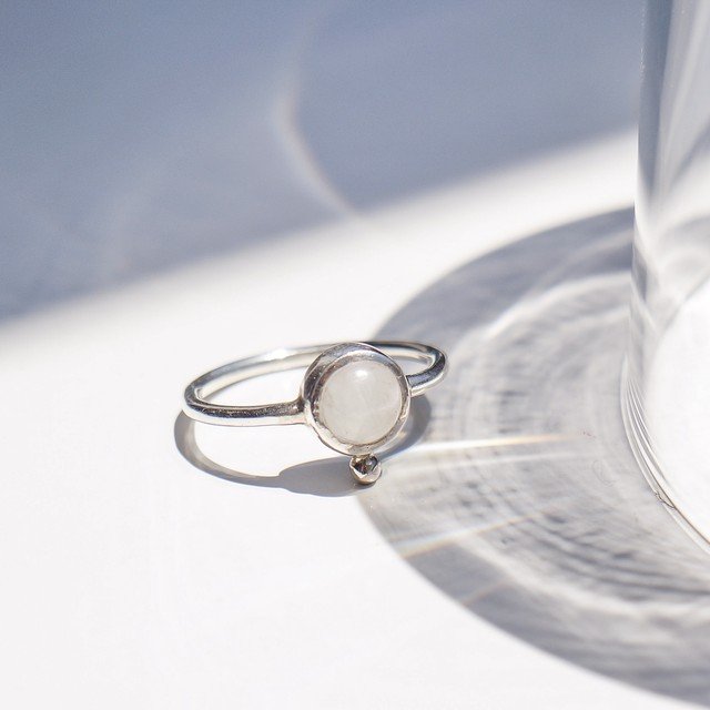 petit ring (rainbow moonstone)