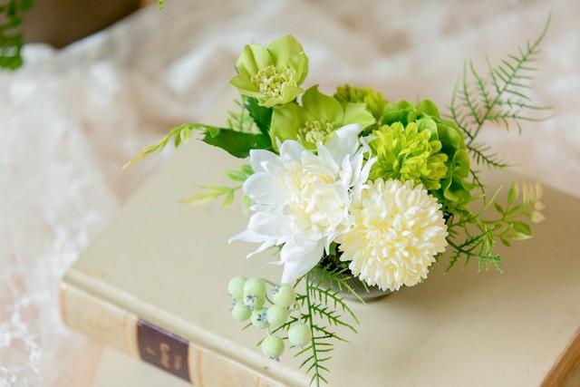 【お悔み用】ピンポンマムとミニダリアのホワイトグリーンアレンジメント