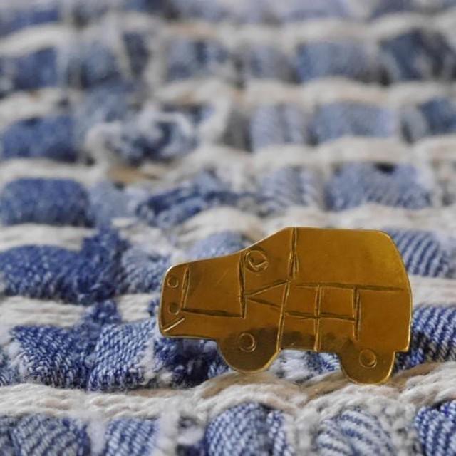 SAJAVAT Japan 車の真鍮ブローチ