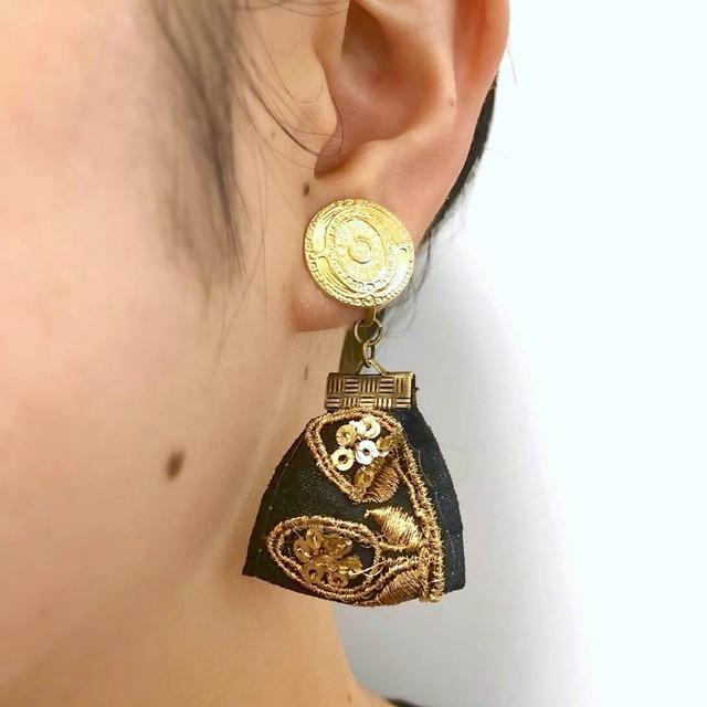 真鍮トップと黒リボンの耳飾り