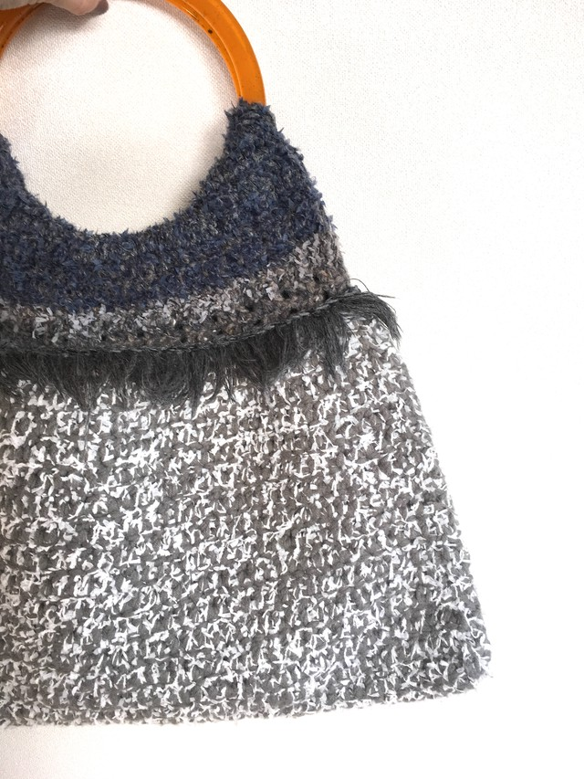 白いリボンヤーンが爽やかなかわいい編み地のグルグルBAG