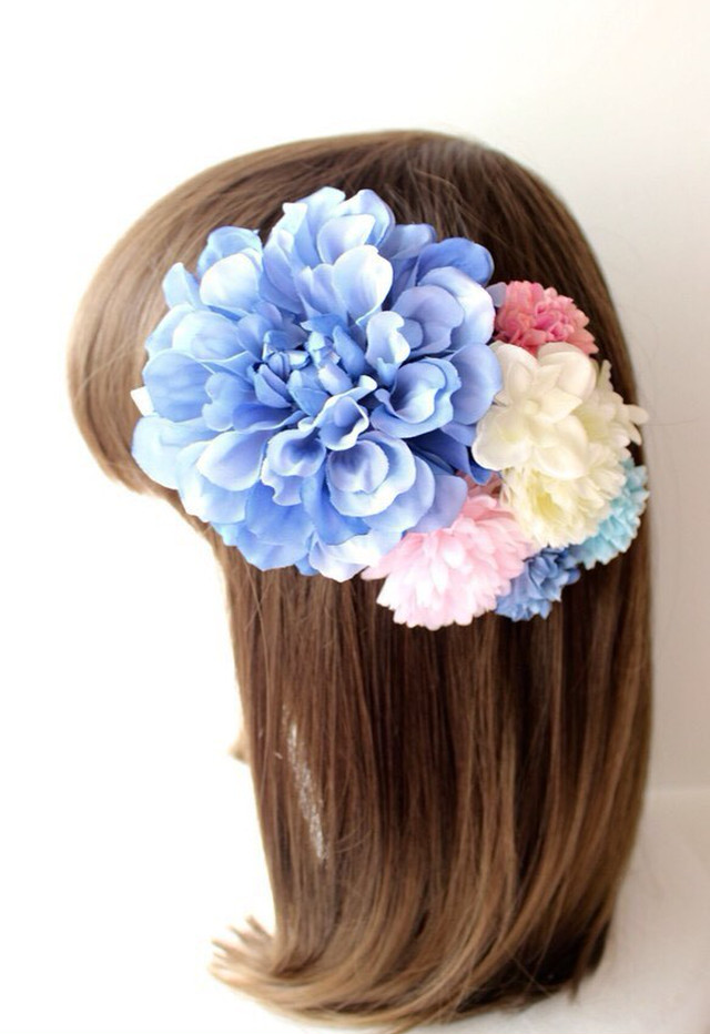 青のダリア、ピンクのマム、あじさいの髪飾り