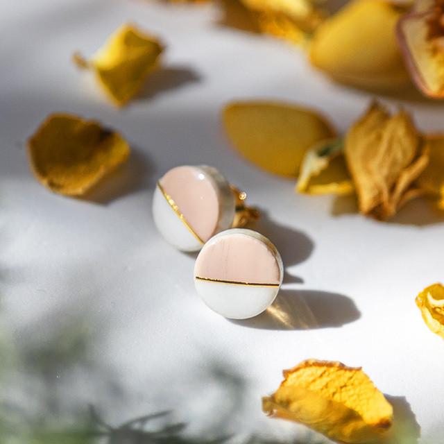 春限定カラー 美濃焼 10mmプチサイズ ホワイト×チェリーブロッサム モダンシリーズ イヤリング&ピアス