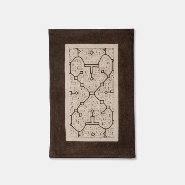 SHIPIBO TEXTILES シピボ族の泥染めのテーブルマット 白フチ縫い 300×200mm S001