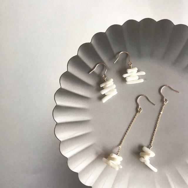 白い珊瑚のピアス
