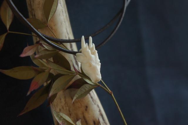 【C】鹿角製鹿の顔「拝」チョーカー