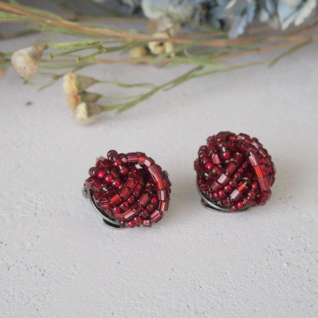 赤いビーズのこぶりなイヤリング