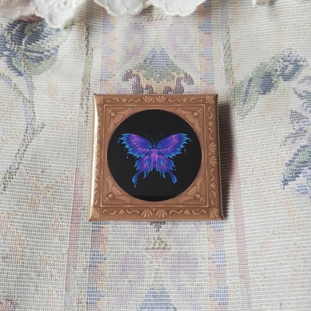 額縁風缶バッジ「毒の蝶」