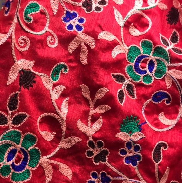 インドの布《ポリエステル機械刺繍 / 赤地》幅110cm  Mulaセレクト