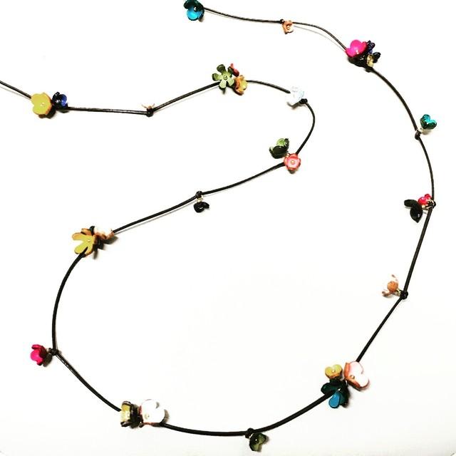 【☆人気キット☆】初心者さんでも作れる革ひもを結んで出来ちゃう小花ネックレス(花ホワイトカラーカラー)