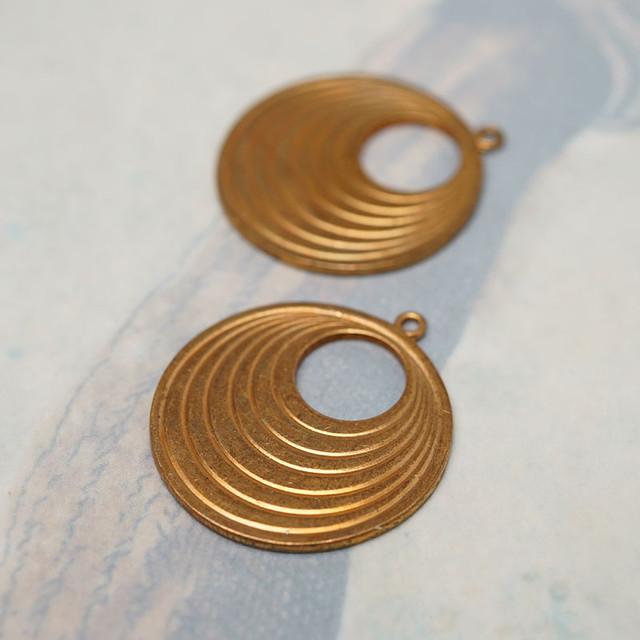 ヴィンテージ 真鍮製小さな丸のサークルチャーム(2コ)