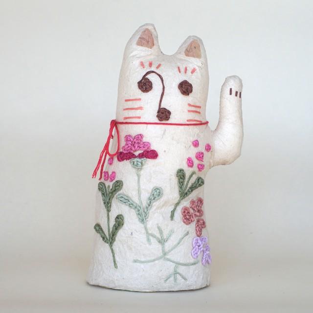 和紙と刺繍花のまねきねこ 「赤」 人を呼び込む左手招き