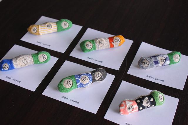 顔の刺繍のくるみボタンのブローチ
