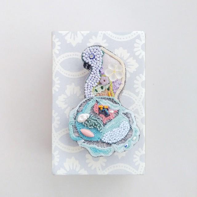 アントワネットポワソン(Antoinette Poisson)コラボブローチ<鳥と牡丹①-2>