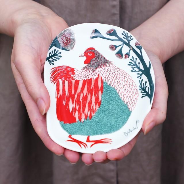 moritaMiW 小皿 / 裏庭の草むらの鶏 磁器 化粧箱入り 日本製 M-67958-00-2