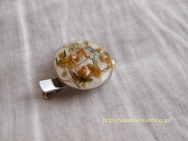 穴あきカイヤナイトのマクラメ編みミニピンブローチ