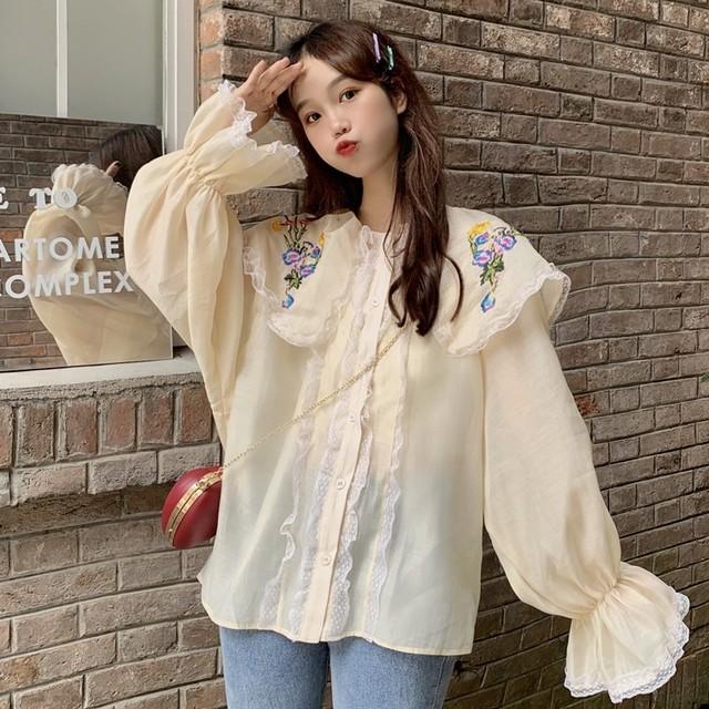 花柄 刺繍 ブラウス 大きい襟 長袖 ベルスリーブ 韓国ファッション レディース フラワー トップス ゆったり カットソー トランペットスリーブ 大人可愛い ガーリー / Loose Doll Collar Trumpet Sleeve Super Fairy Shirt (DTC-623227985292)