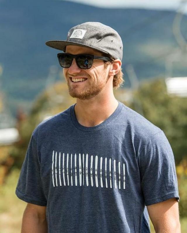 SKI THE EAST - スキークイバー Tシャツ(ネイビー)