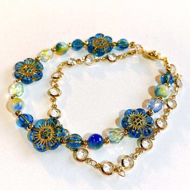 青い花の流れ