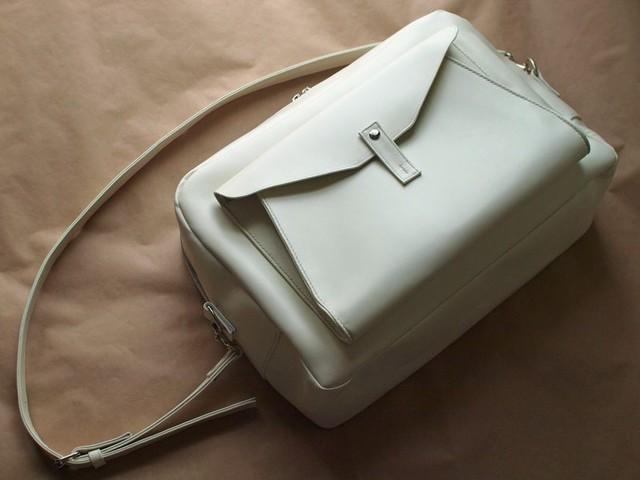 白い革の大きめのショルダーバッグ
