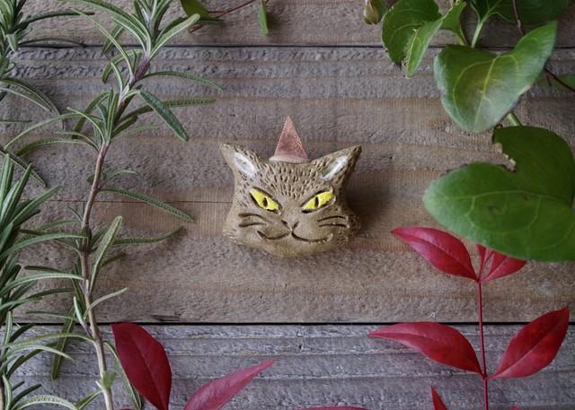 パーティーに行くどら猫のブローチ04