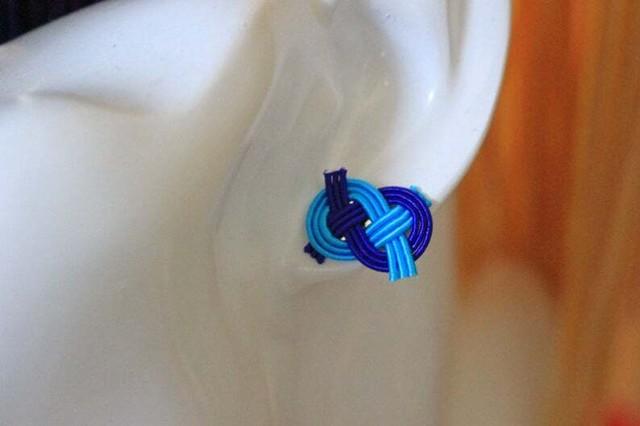 青色抱きあわじ水引結びのピアス