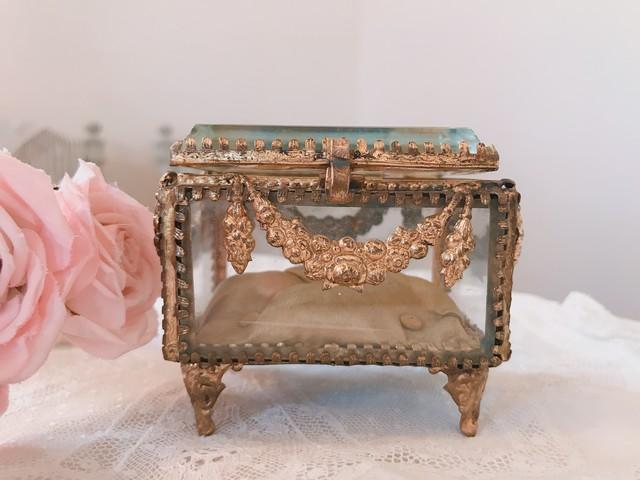 ガラス 薔薇飾りが可愛いガラス宝石箱 在庫1