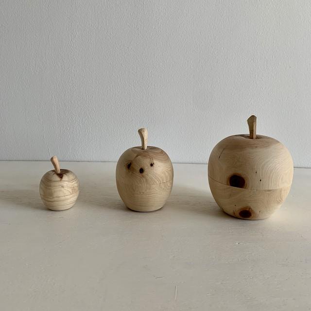 小さな木彫りの林檎の入れ物