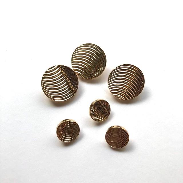 波紋模様のゴールドボタンM