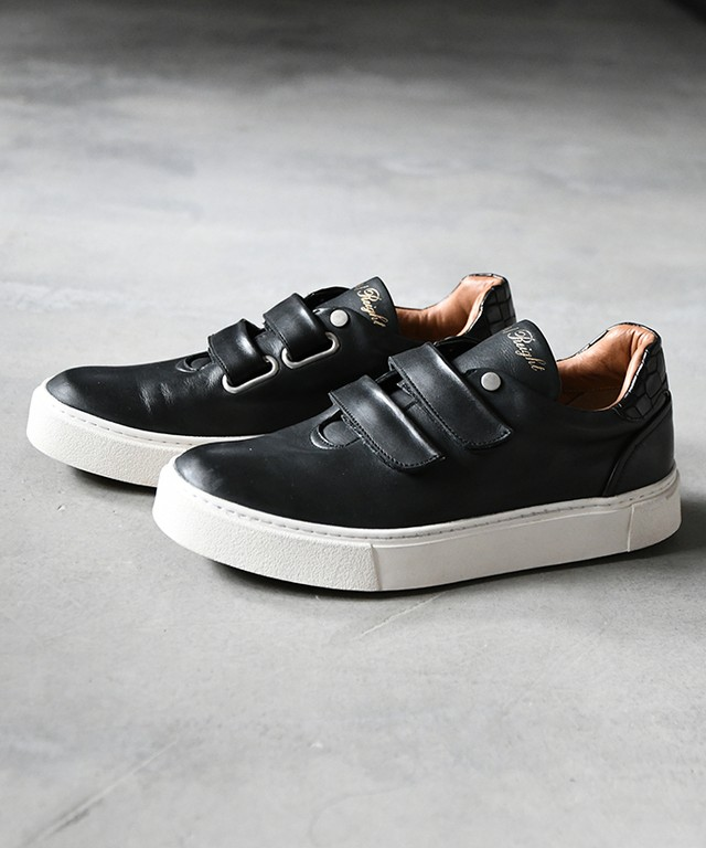 Hole cut velcro sneakers / ER9404