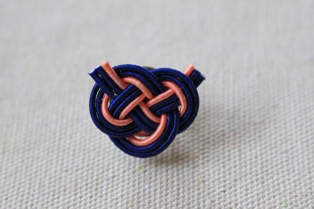オレンジと紺色のあわじ水引結びのラペルピン