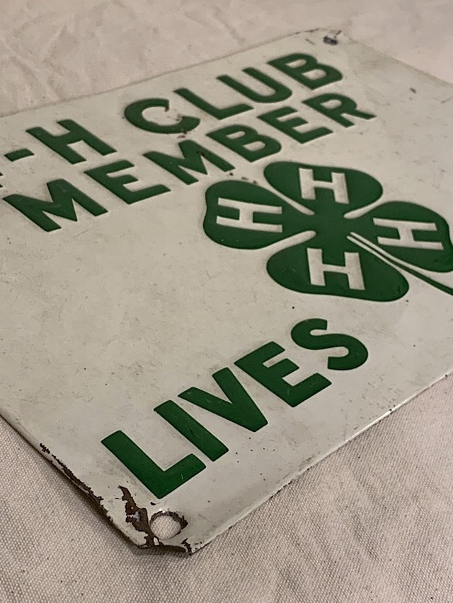 """COMPANY PLATE """" 4-H CLUB MEMBER LIVES HERE """""""