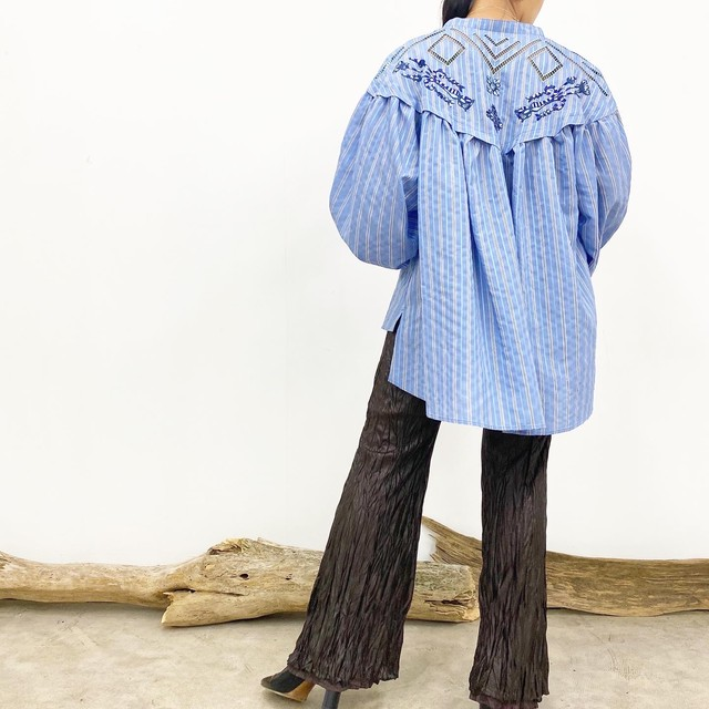 STRIPE EMBROIDERY VOLUME BLOUSE【BLU】