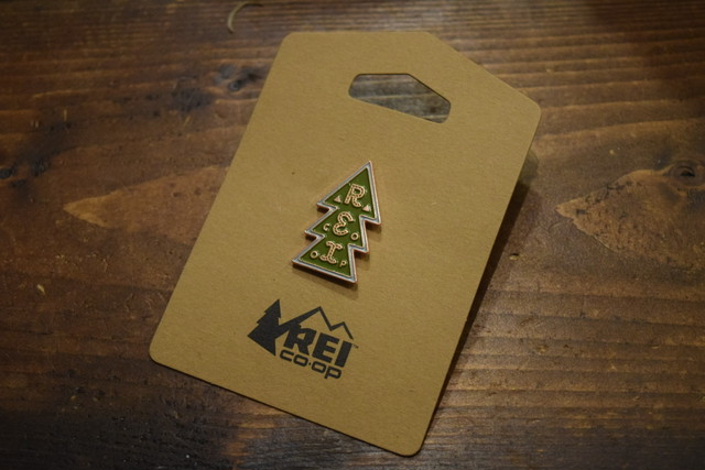 新品 REI Stacked Tree Pins
