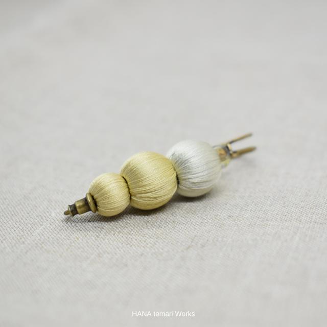 草木染め絹糸とアンティークビーズのピンブローチ「フキ&柿の葉」