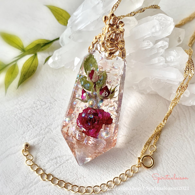 ミニ薔薇・イチゴ姫【花言葉/果てしない愛】フラワーオルゴナイトクリスタルペンダント