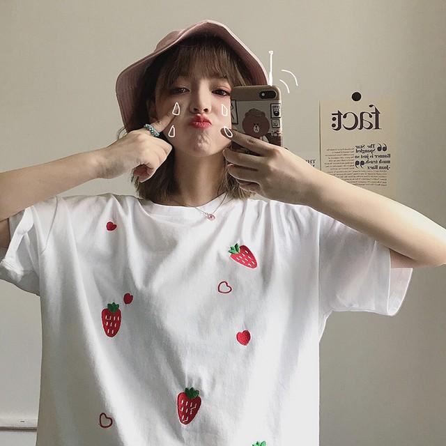 イチゴ刺繍入りのゆったりTシャツ