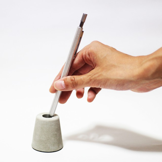 CONCRETE MORTAL PEN STAND