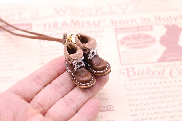 小さな革ブーツのネックレス|ココア