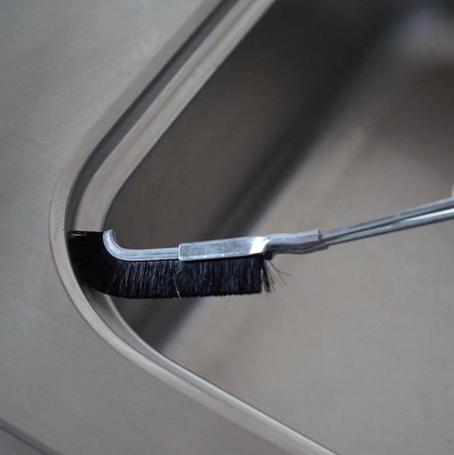 隅々まで簡単にお掃除。ブタ毛チャンネルブラシ