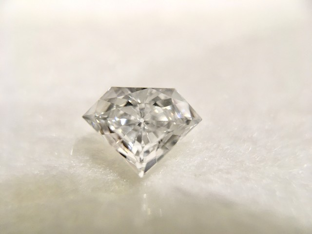 CUT-CORNERED TRI. MOD. BRILL. 0.27ct ハードカバー鑑別書付き