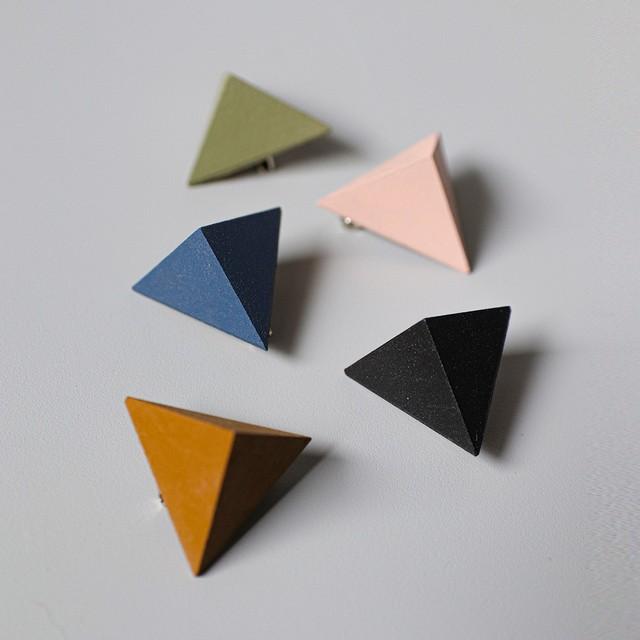 三角形ブローチ