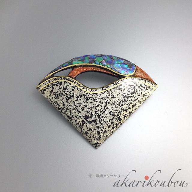 漆 ブローチ プラチナ 箔 扇 螺鈿 金粉 漆アクセサリー : 軽い 扇面 伝統工芸 金沢 贈り物 レディース 和装 螺鈿ジュエリー