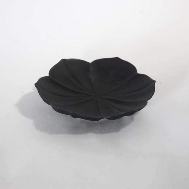 黒釉 稜花蓮弁皿 S