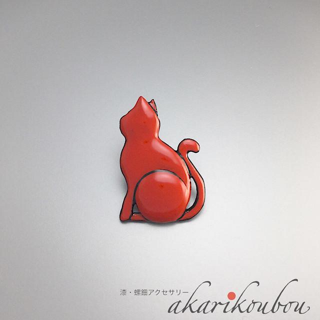 漆塗り 猫 ラペルピン ピンブローチ 朱漆 赤 猫モチーフ : 薄型キャッチ チェーン有 無 2個付