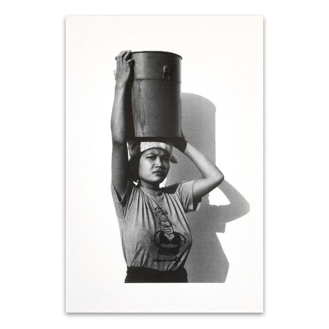 ポストカード タイ人のモノクロのポートレイト 「Carry on the head(Woman) Kanchanaburi 2003」