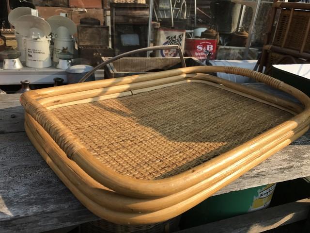 使い込まれた籐製おぼん