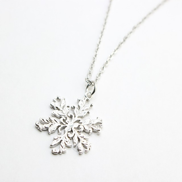 SNOW FLAKE CUTOUT PENDANT
