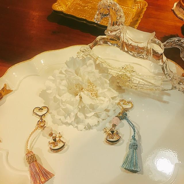 【天然石チャーム】木馬とピンククラック水晶のチャーム